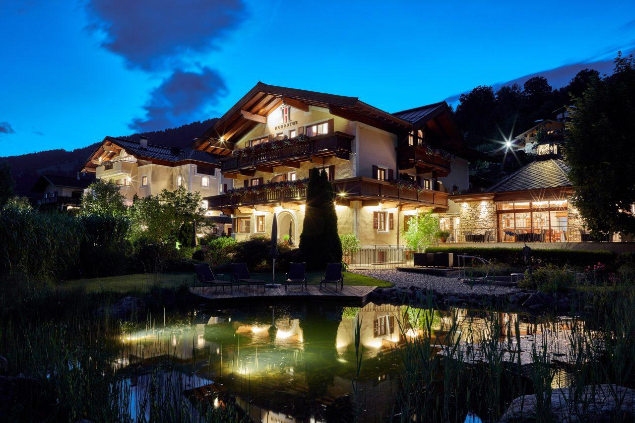 Bike Hotel Hubertus Logis Apartments Aussenansicht bei Nacht