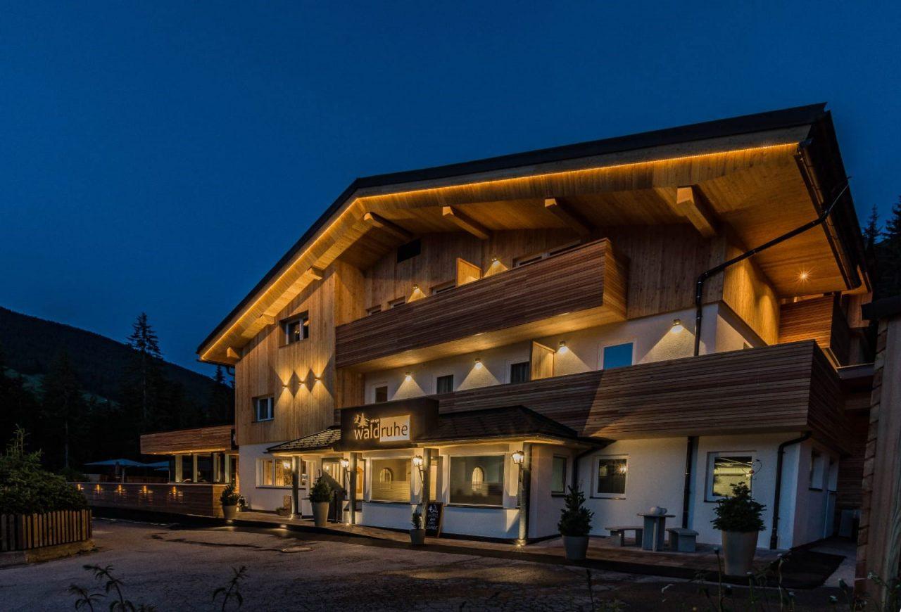 Mountainbike Hotel Waldruhe Aussenansicht Nacht