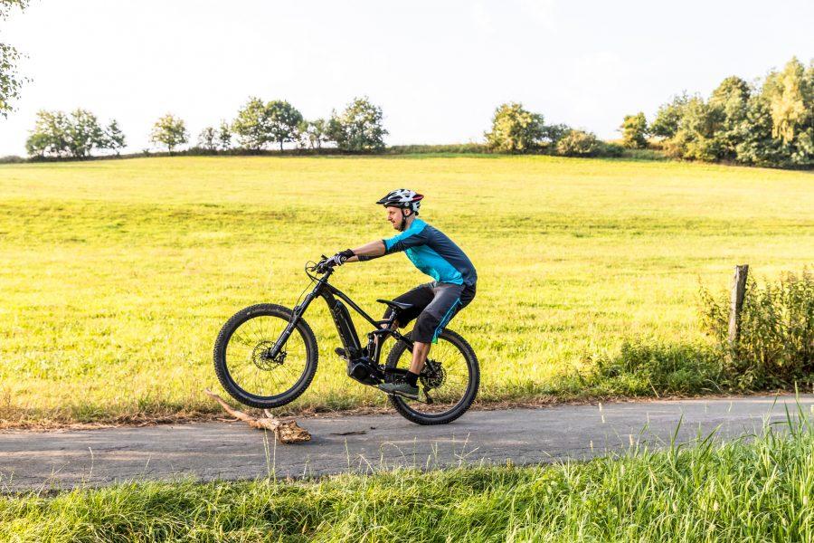 Fahrtechnik Basics für E Mountainbiker Lenker nach vorne schubsen