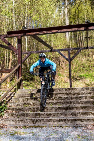 Fahrtechnik Basics für E Mountainbiker Sattel vor Schritt