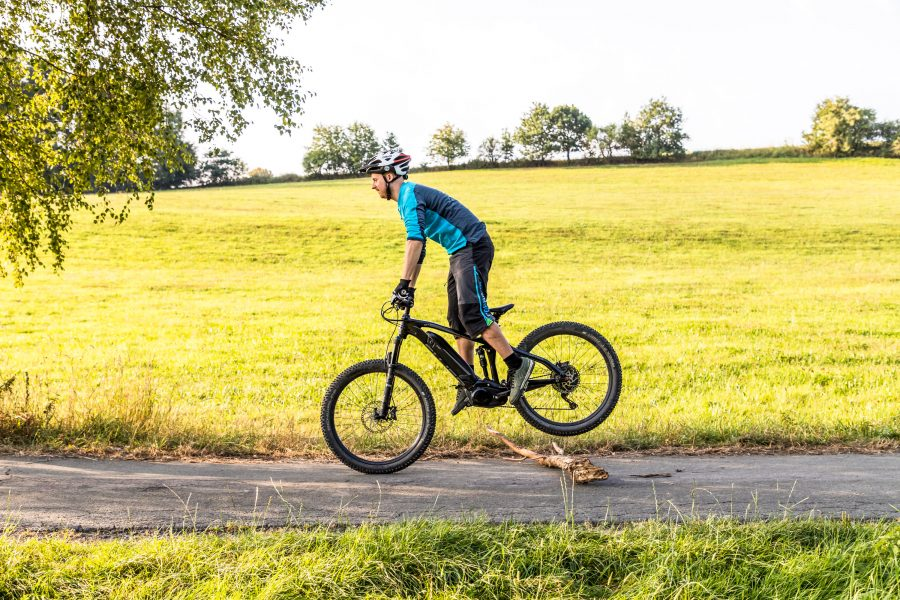 Fahrtechnik Basics für E Mountainbiker dynamische Sprungbewegung